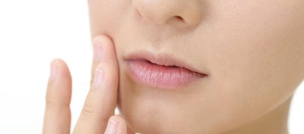 気になる口周りのザラつき……鼻下や顎にできる角栓の原因と対策