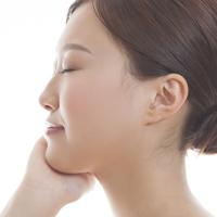 梅干しのような「あごのシワ」は老け顔の原因!? 対策方法はある?