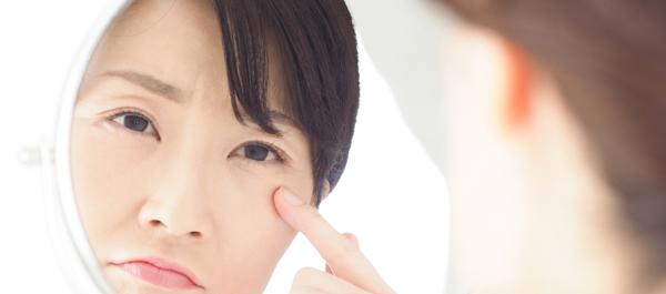 老け顔を防ぎたい! 目尻にシワができる原因と、シワを消すケア方法