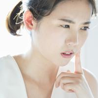 乾燥肌なのに額だけテカリがひどい……原因と対策方法は?