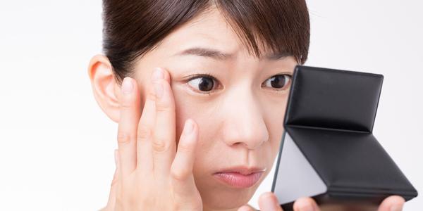 「目尻のたるみ」は小粒目・老け顔の原因に。自分でできる対策法は?